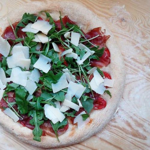 Pizza hecha en una casa larga maduración
