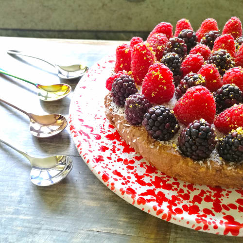 Cheesecake with coconut, berries and golden dust