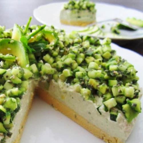 Pastel de queso con albahaca y el aguacate de base de altramuces