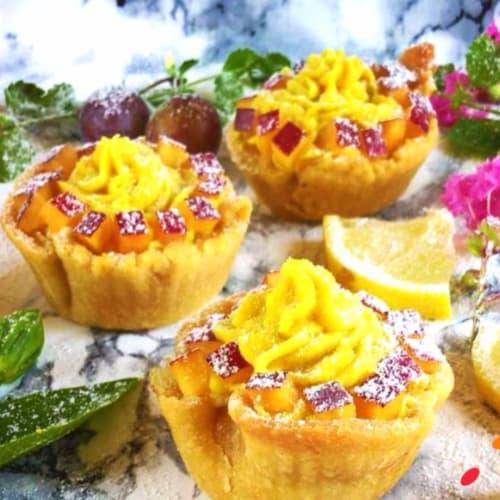 Cestas de pastelería vegana rellenas de melocotones en dados y vegetariana crema