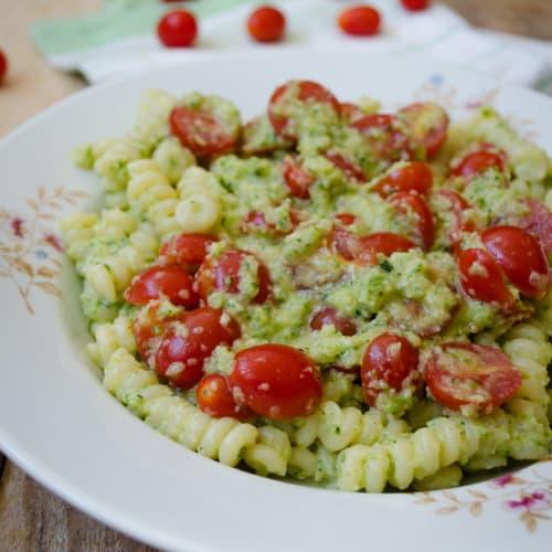 Pasta con calabacín pesto con tomates