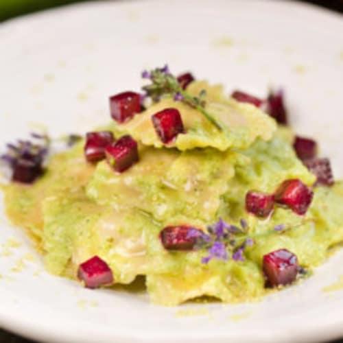 Ravioli deletreado veganos, crema de calabacín con jengibre y rojo remolacha