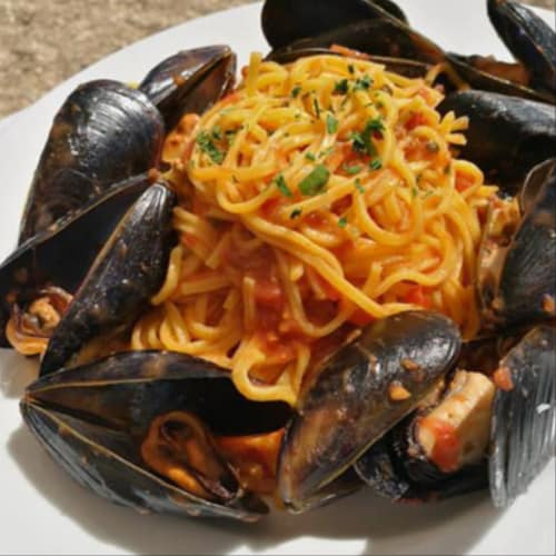 Chitarrine with mussels and dairy tomato sauce