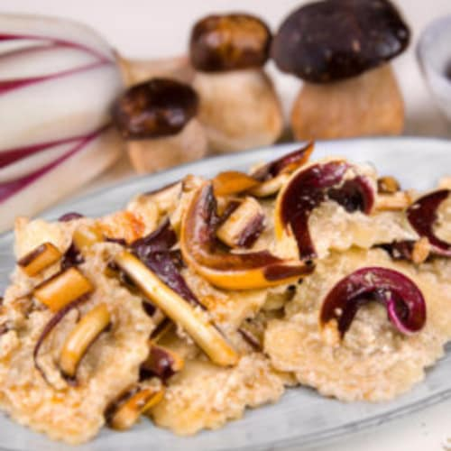 Ravioli con seitán estofado con crema de boletus y achicoria roja