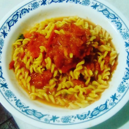 Fusilli de corn rice, acompañado de salsa de tomate casera