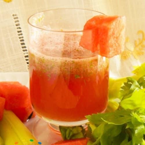 Bevanda di cocomero e foglie di sedano