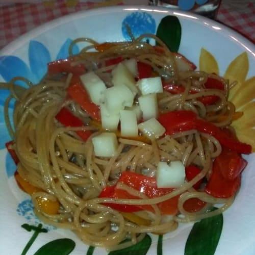 espaguetis integrales con pimientos y Caciocavallo