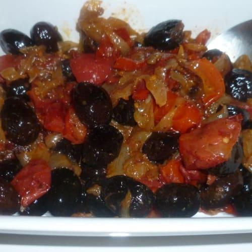 Esquema de aceitunas negras cebollas y tomates