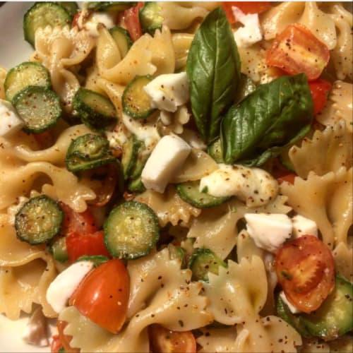 Farfalle zucchine, pomodorini e mozzarella