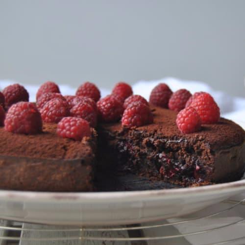 Torta al cioccolato con cuore di lamponi e caffè