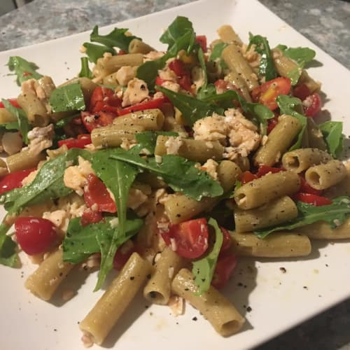 Rigatoni of buckwheat, rocket, cherry tomatoes and salmon to the natural