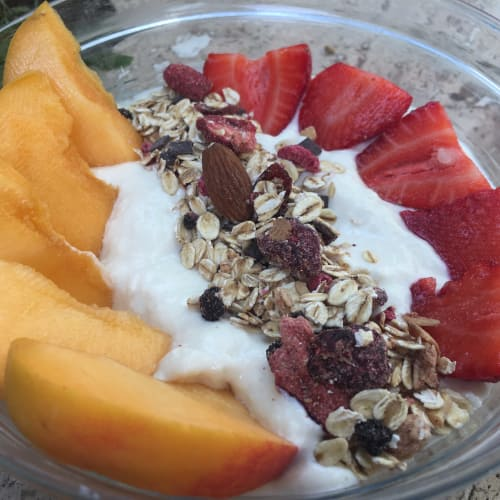 blanco de soja yogurt, melocotón, fresas y muesli de avena