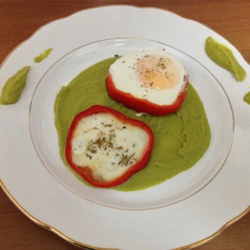 Peperone con cuore di uova su letto di crema di piselli