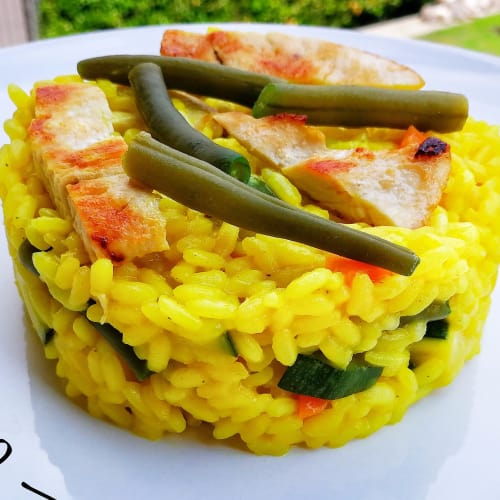 arroz al curry con verduras y pollo piastrato