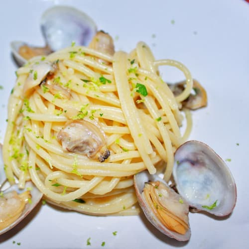 Spaghetti with clams with scent of lime