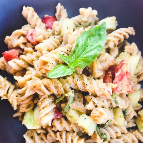 Fusilli integral with hummus and seasonal vegetables