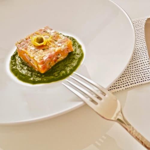 Tartar de salmón y jamón con hierbas y crema de alcachofas Campo