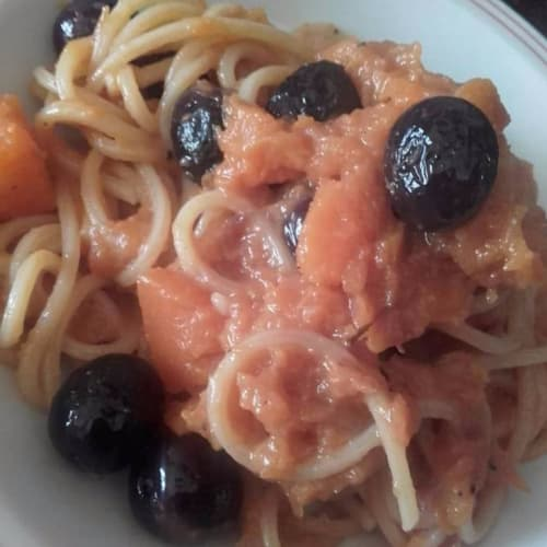 Spaghetti striped with pumpkin pulp and sweet olives