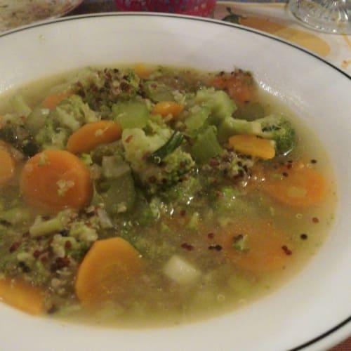 sabrosa sopa con quinua y verduras