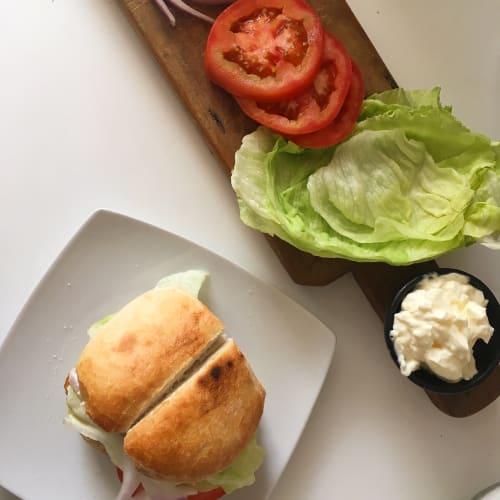 Marraqueta con merluza (sándwich de pescado)