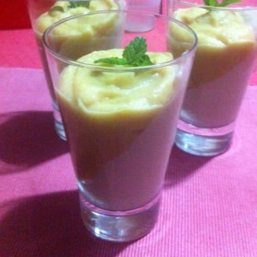 Unire la salsa di mele e farina di granturco mazamorra