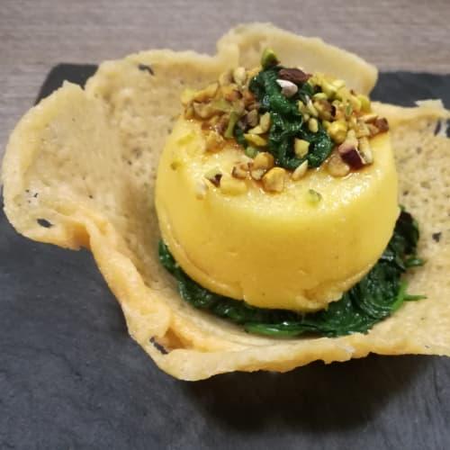 Cestino di parmigiano con letto di spinaci e tortino di polenta