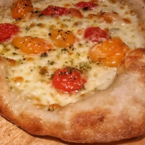 Pizza ai pomodorini gialli e rossi