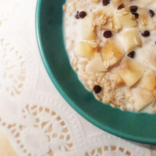 Porridge overnight con latte, mele e gocce di cioccolato
