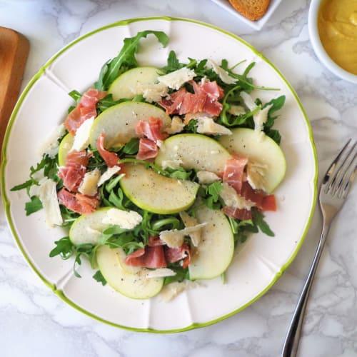ensalada de rúcula con jamón, manzanas verdes y queso parmesano