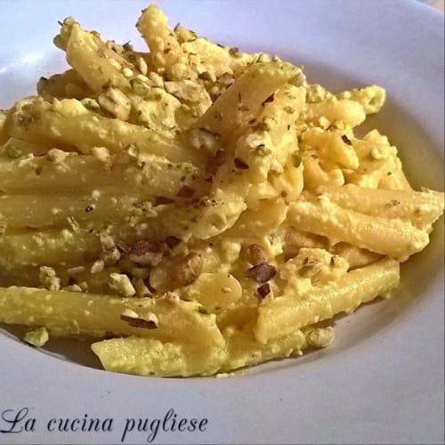Pasta con queso ricotta, el azafrán y pistachos