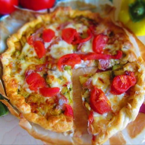 pastel de verduras con salados con tomates, calabacines y pimientos