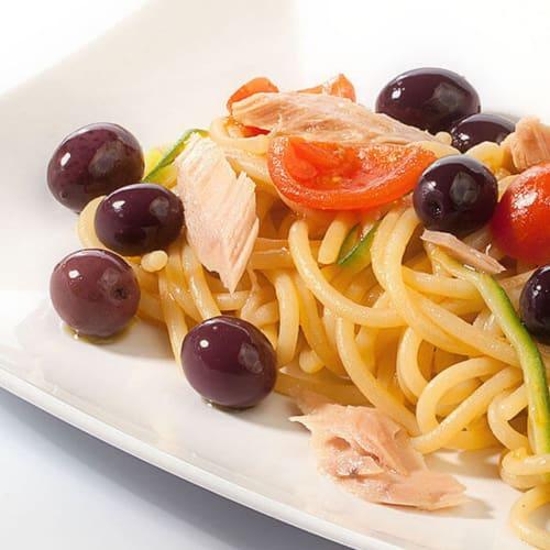 Spaghetti con tonno, pachino e olive nere Itrana