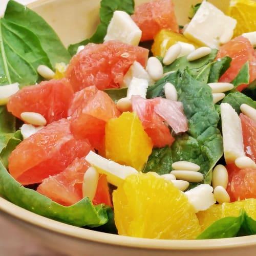 Insalata di spinaci con arancia, pompelmo rosa, pinoli e grana