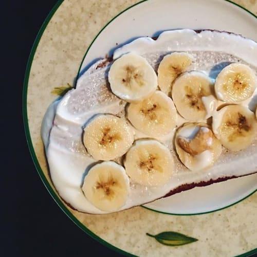 El pan de centeno, el yogur y el plátano