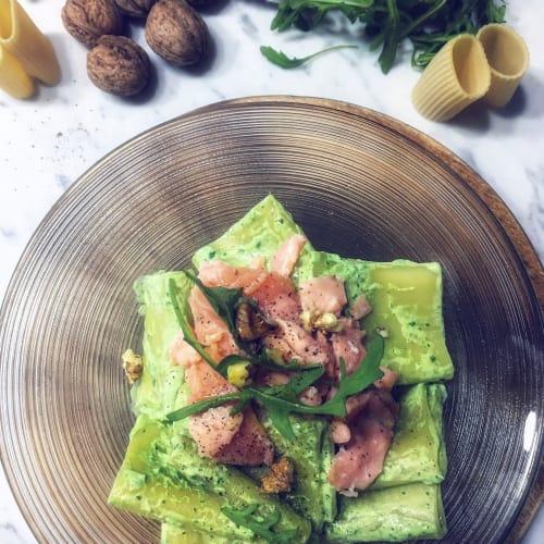 Paccheri con pesto de rúcula y salmón