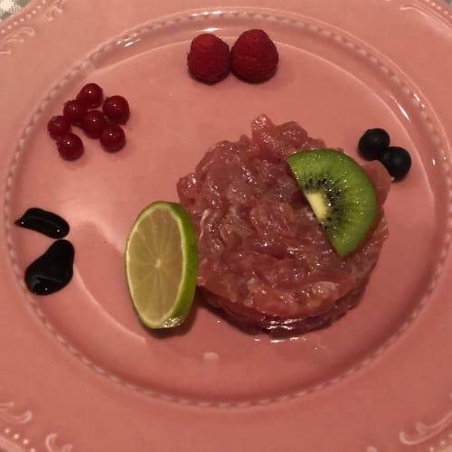 Tartare di tonno guarnita con ribes lamponi mirtilli kiwi lime