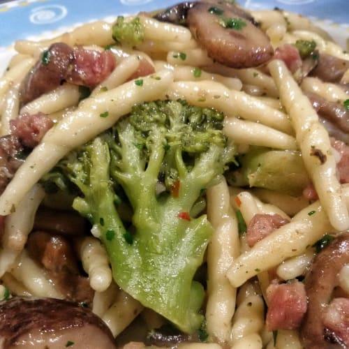 Trofie brócoli tocino y champiñones