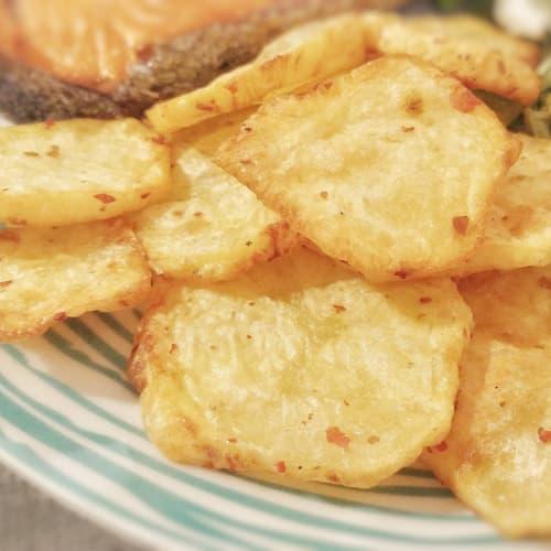 patatas fritas no fritos con limón y pimienta rosa