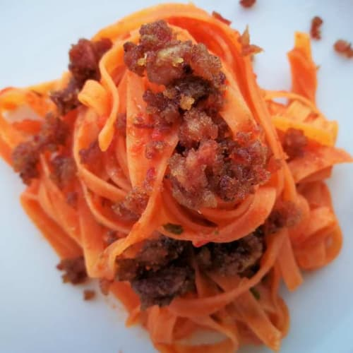 Fettuccelle de lentejas harina, tomate y trozos de salchichas