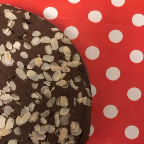 frutos secos torta de cacao veganos, pasas y almendras picadas