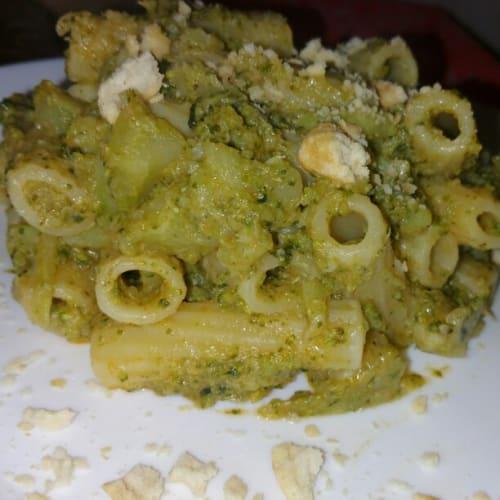 rigatoni con crema de brócoli y roscas de pan desmenuzado