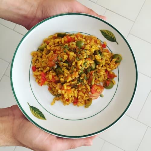 Deletreada con azafrán, con tomates cherry, aceitunas y cebolletas