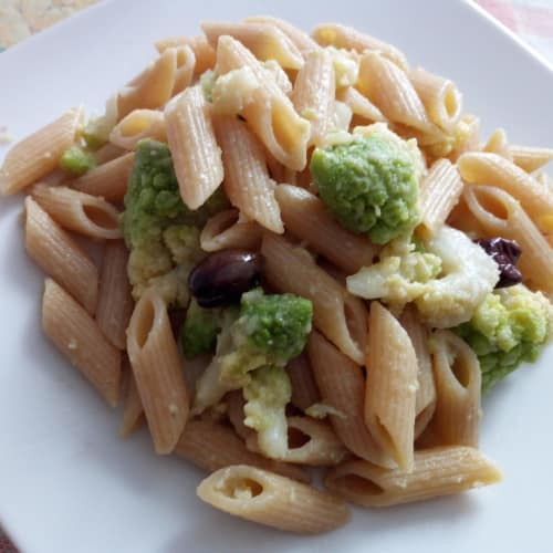 Mezze penne integrali con alici e broccolo romanesco