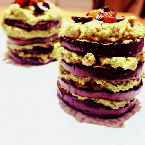 Feuille de berenjena con crema de guisantes, aceitunas negras y pasas