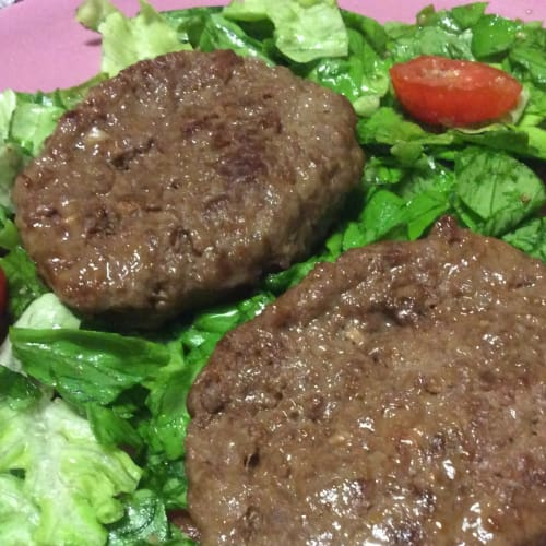 Hamburger di scottona su letto di insalata