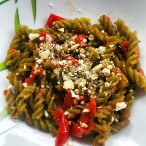 la pasta de guisantes con tomates y almendras
