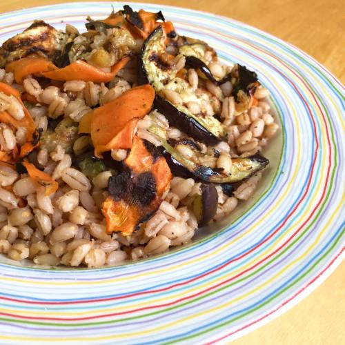 Cebada con la berenjena parrilla y zanahorias
