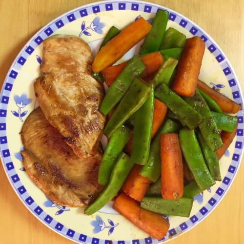 Pollo con carote e taccole alla soia