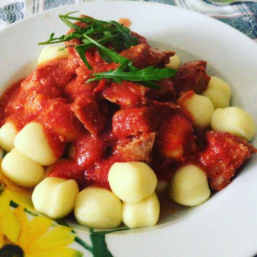 Ñoquis con tomate, quark y pavo