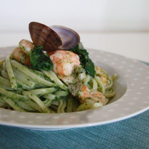 Linguini con gambas y almejas en salsa verde